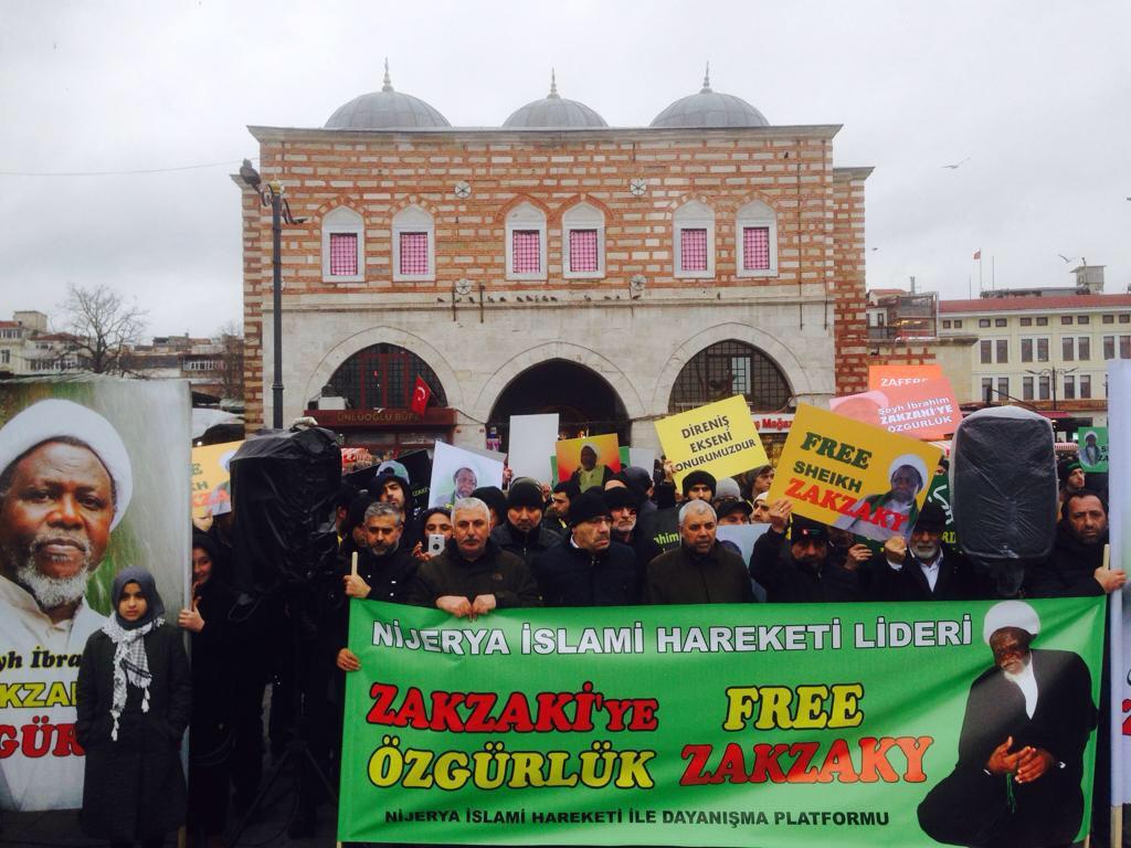 تصویر تجمع مسالمت آميز و درخواست آزادی شيخ زكزاكی در تركيه