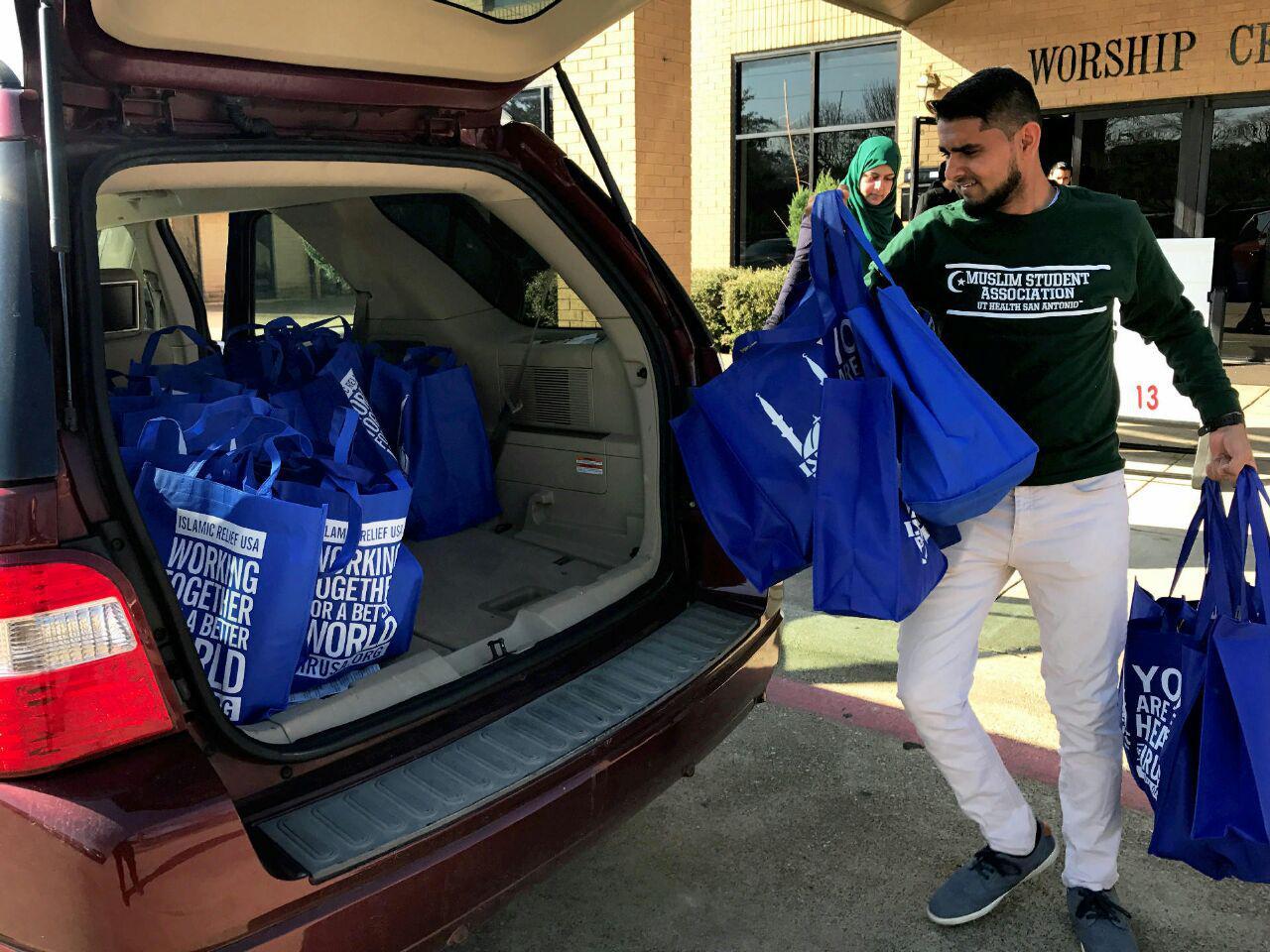 تصویر توزیع بسته حمایتی مسلمانان تگزاس برای بیخانمانها