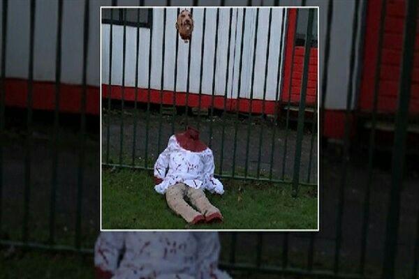 تصویر نصب بنرهای ضد اسلامی بر درب مسجد آمستردام