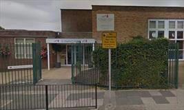 تصویر مدیر مدرسه انگلیسی که حجاب را ممنوع کرده بود، مجبور به استعفا شد
