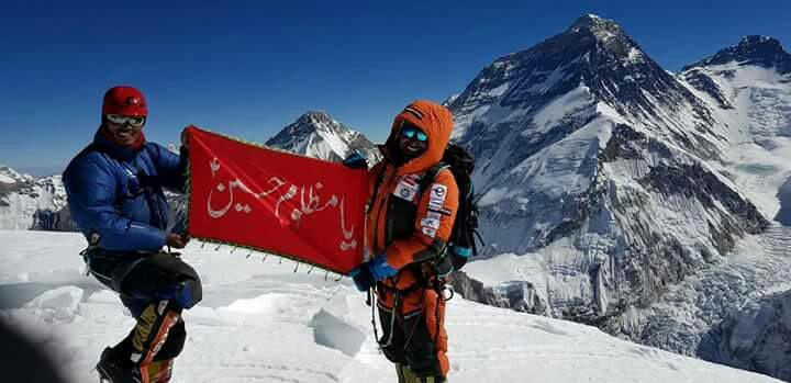 تصویر کوهنورد پاکستانی پرچم یا حسین علیه السلام را بر کوه پاموری نپال نصب کرد