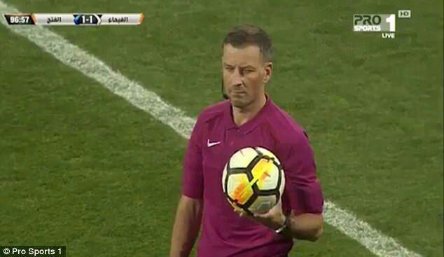 تصویر داور فوتبال هنگام پخش اذان بازی را متوقف کرد