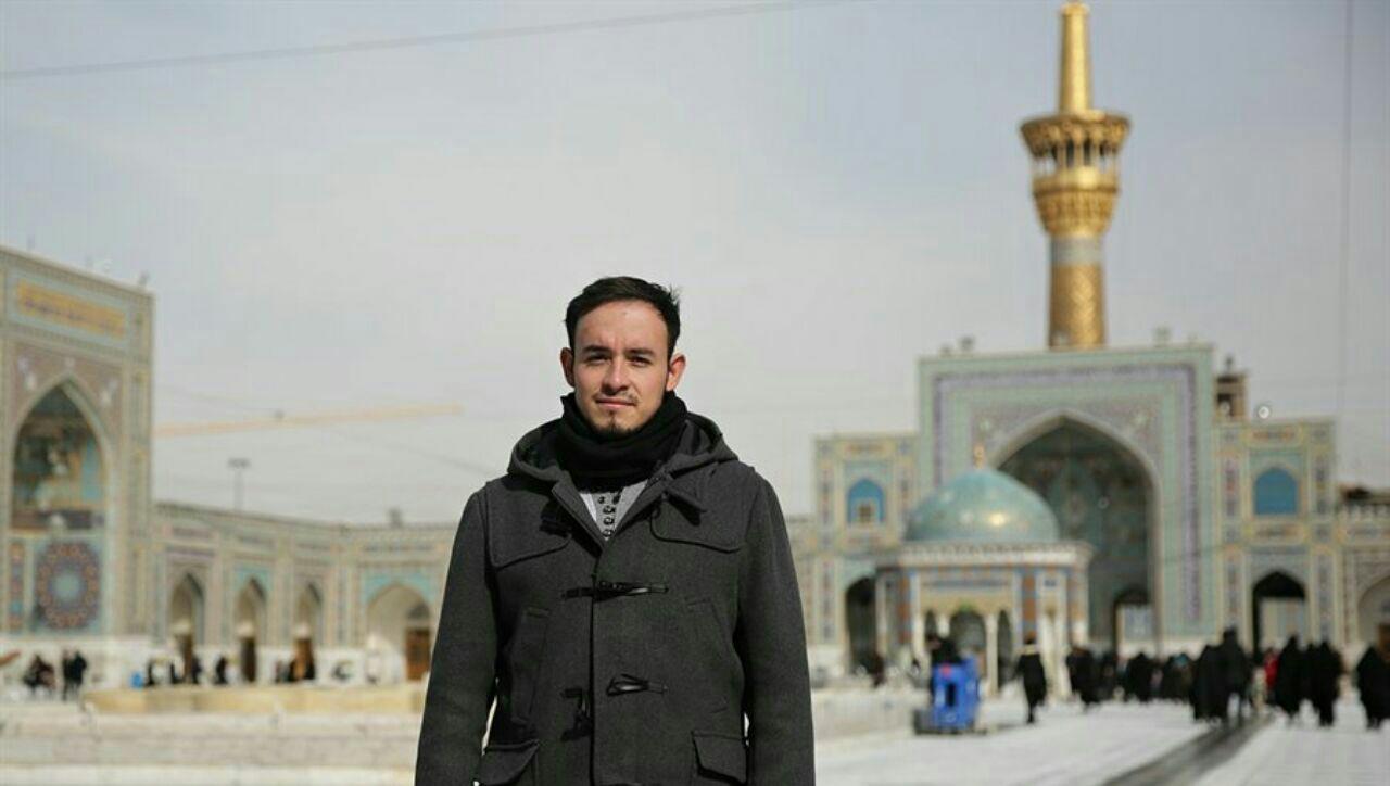 تصویر تشرف یک جوان مکزیکی به اسلام در آستان مقدس رضوی