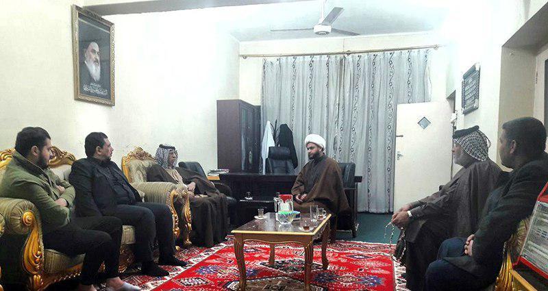 تصویر حضور هیئتی از شیوخ عشایر و شخصیت های مختلف شهر بغداد در مرکز روابط عمومی دفتر مرجعیت در شهر مقدس کاظمین