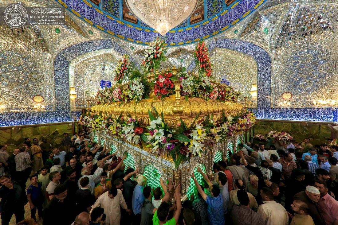 تصویر گزارش تصویری ـ تزئین ضریح مقدس فاروق اعظم و صدیق اکبر حضرت علی علیه السلام به مناسبت سالروز ولادت ایشان در 13 ماه رجب