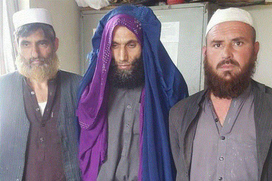 تصویر بازداشت یک سرکرده داعش با چادر زنانه در افغانستان
