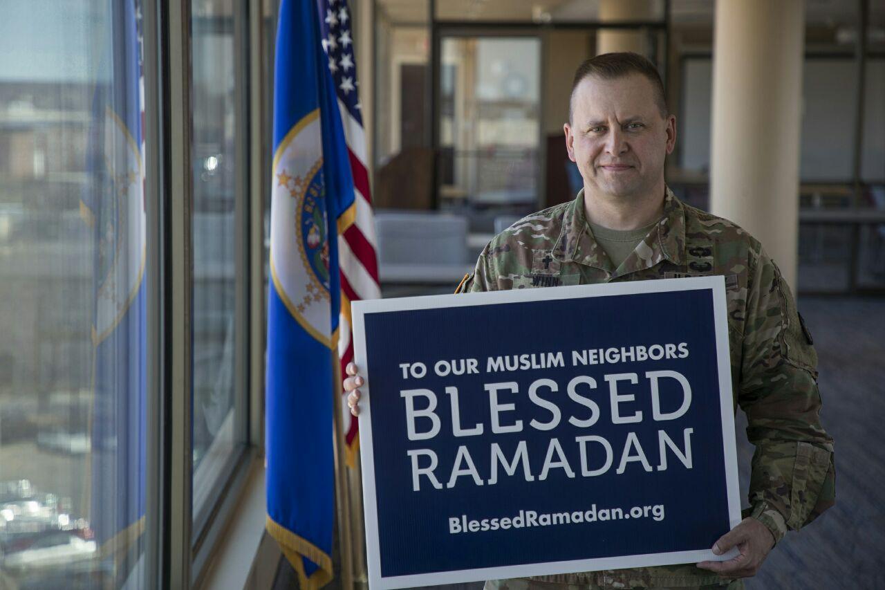 تصویر نصب هزاران پلاکارد «رمضان مبارک» در کلیساها و اماکن مختلف آمریکا
