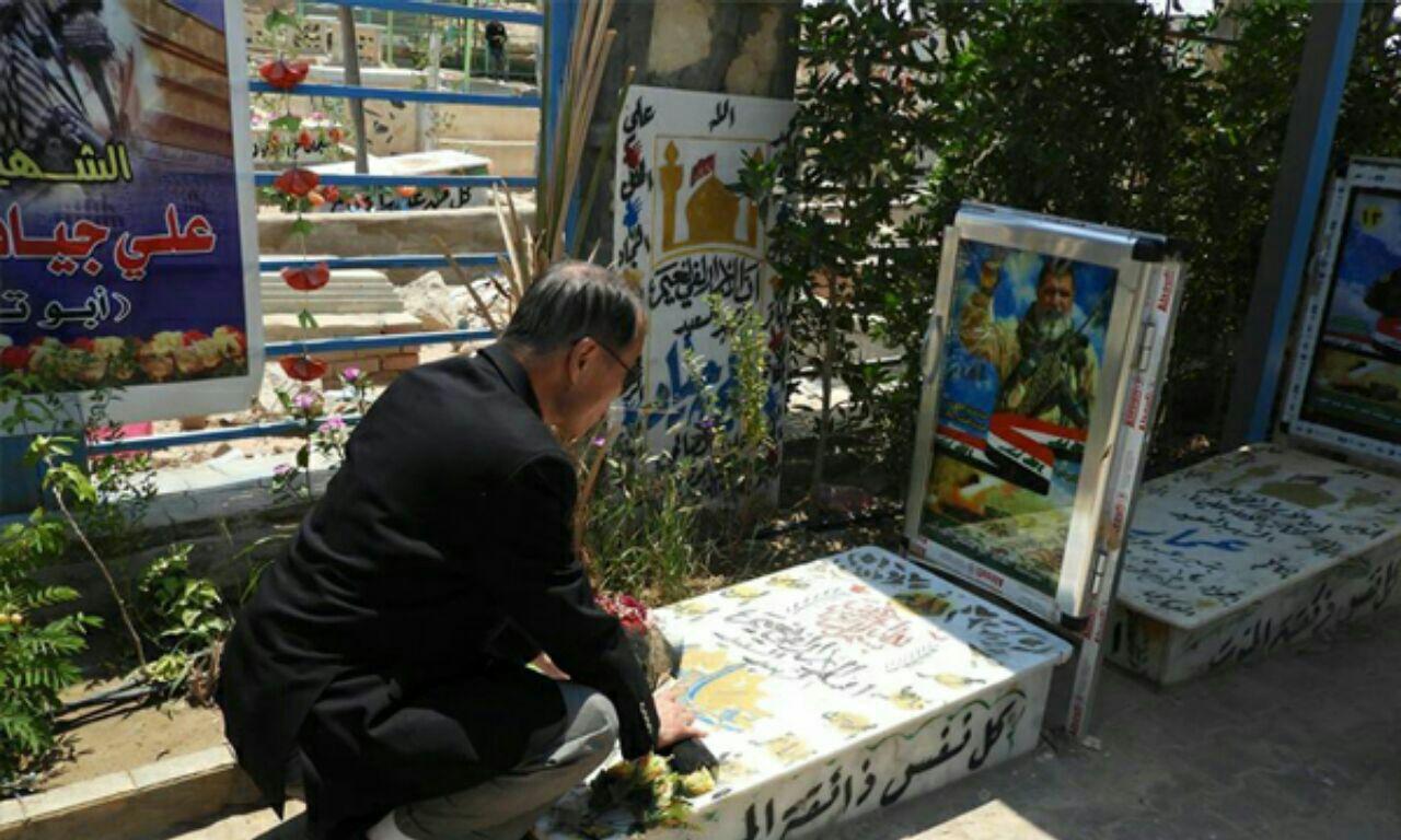 تصویر ادای احترام سفیر ژاپن به مقام شهدای الحشدالشعبی