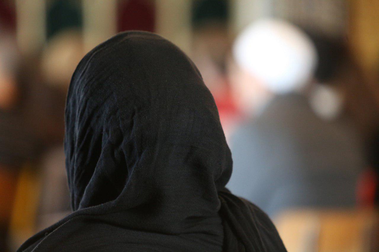 تصویر حمله وحشیانه به زن مسلمان و فرزندانش در رستورانی در لیورپول انگلستان