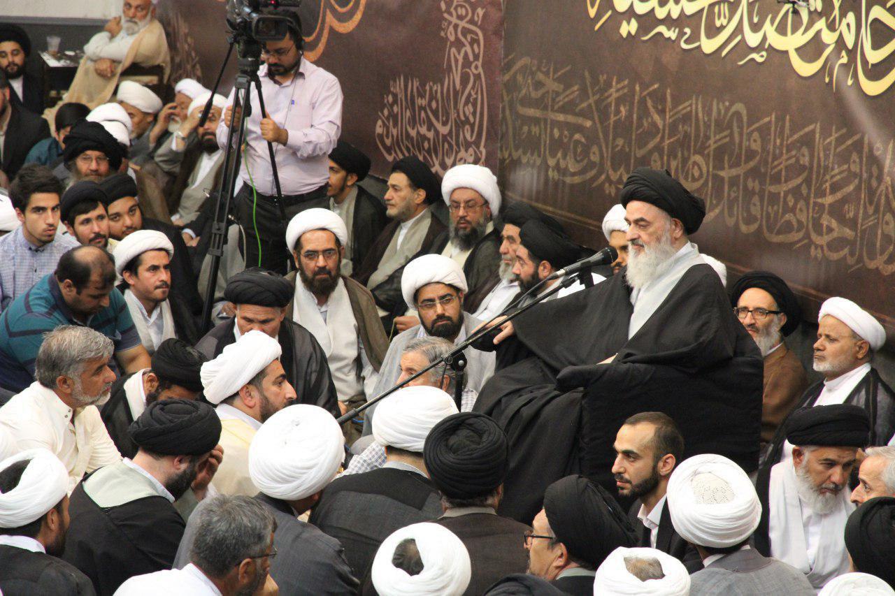 تصویر پخش گردهمایی بزرگ مبلغان در بیت مرجعیت شیعه از شبکه های شیعی