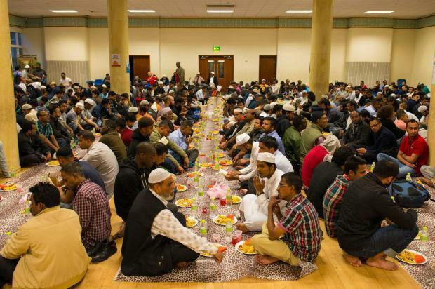 تصویر در راستای طرح ملی افطاری در ماه رمضان؛ صدها مسجد در سرتاسر بریتانیا سفرههای افطاری میان ادیانی