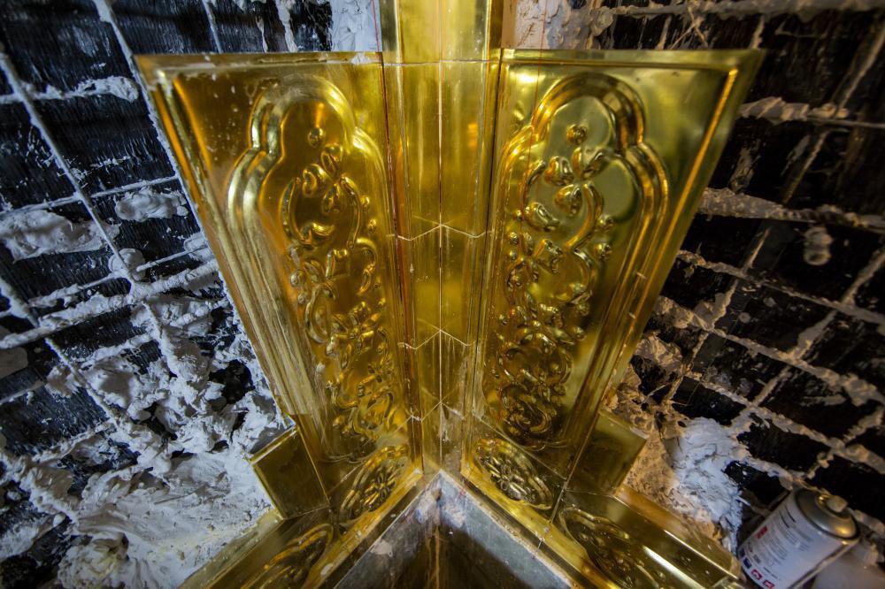 تصویر نصب اولین خشتهای طلای جدید ایوان طلای حرم حضرت عباس علیه السلام