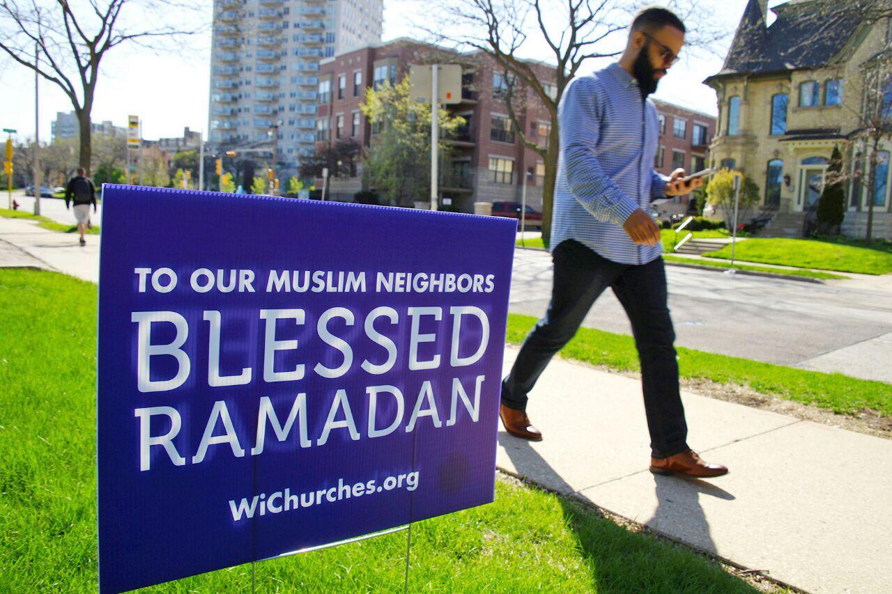 تصویر نصب تابلوهای تبریک رمضان توسط مسیحیان در آمریکا