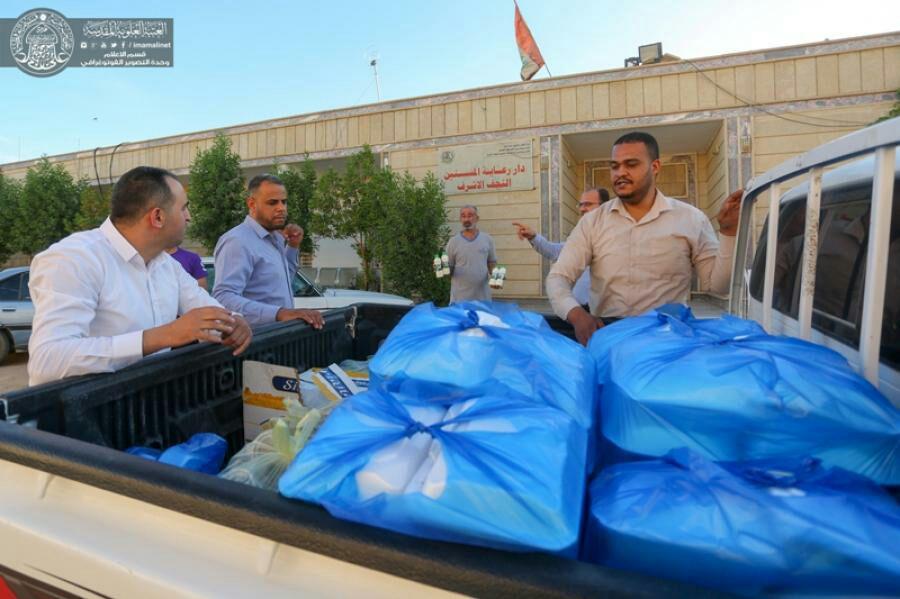 تصویر توزیع افطار بین نیازمندان وخانواده های بی سرپرست توسط خادمان مهانسرای آستان علوی