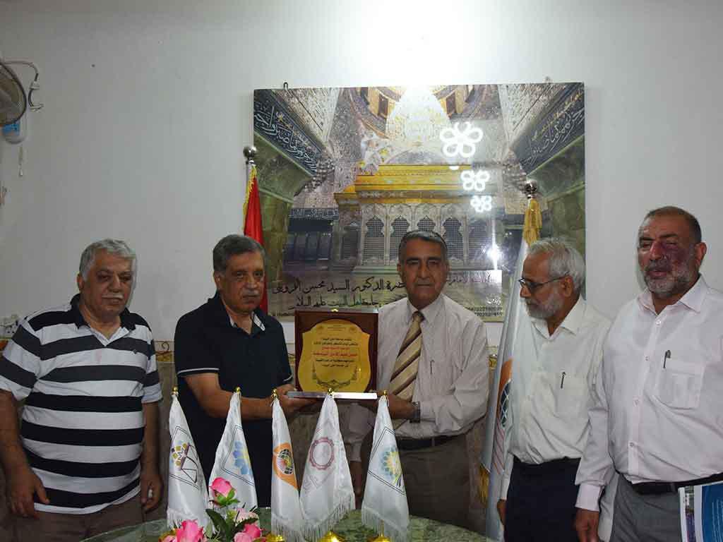 تصویر اهدای کتابخانه شخصی به دانشگاه اهل بیت علیهم السلام در شهر مقدس کربلا