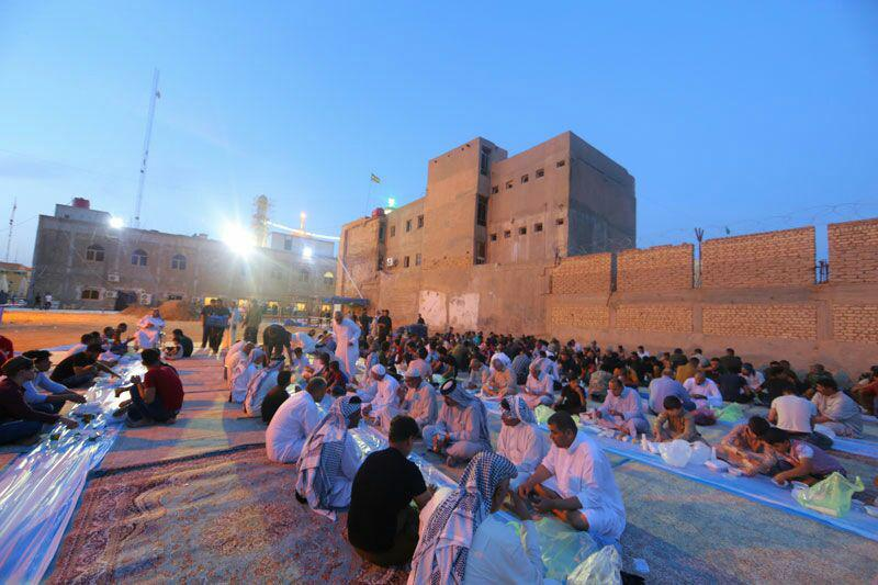 تصویر توزیع افطاری و سحری در حرم مطهر امامین عسکریین علیهما سلام