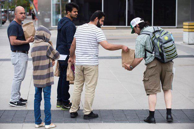 تصویر دانشجویان مسلمان کانادایی کیسههای غذا به بی خانمان ها اهدا کردند