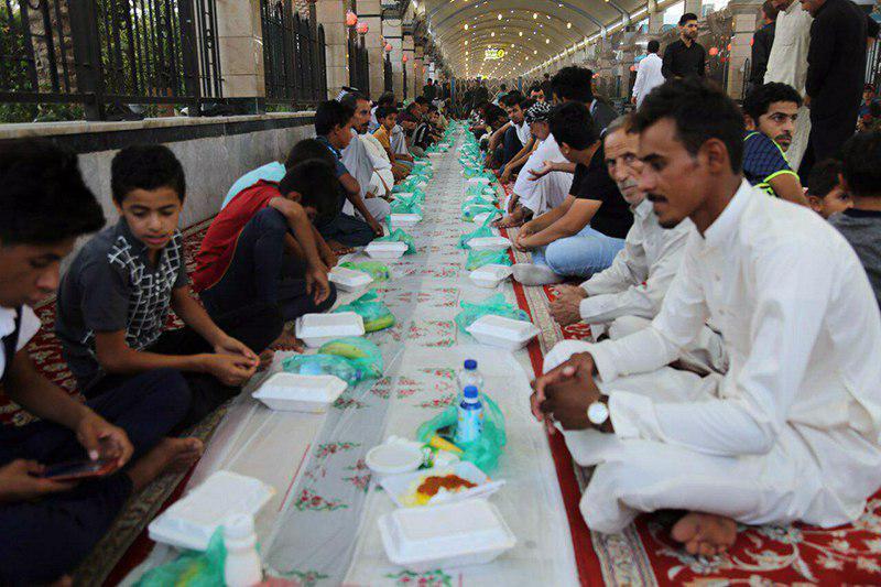تصویر توزیع بیش از هزار بسته افطاری در میان زائران حسینی