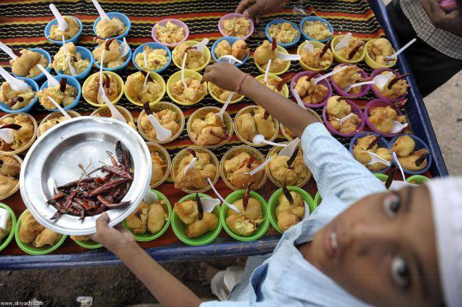 تصویر سرآشپز هندو که به احترام مسلمانان روزه می گیرد و به ۶۰ هزار نفر افطاری می دهد