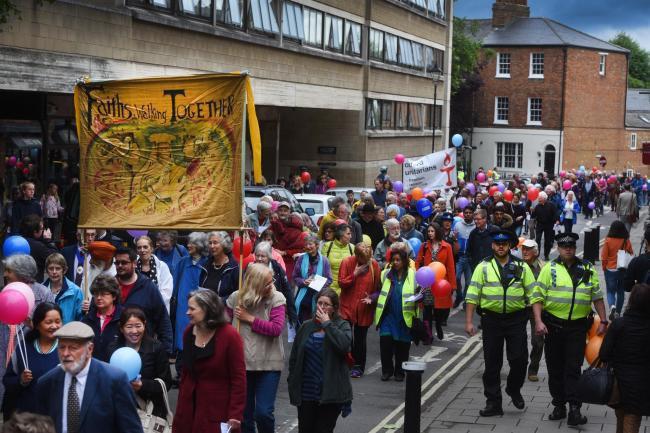 تصویر پیاده روی سالانه « دوستی میان ادیانی» در آکسفورد برگزار می شود
