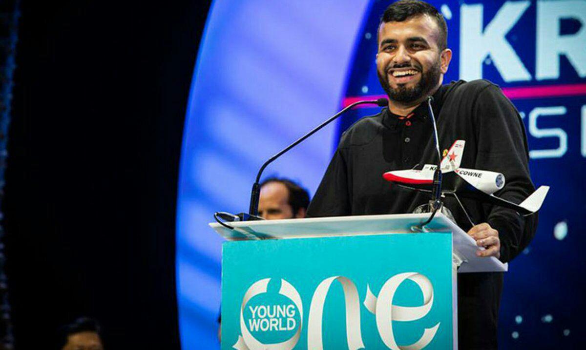 تصویر شاعر جوان مسلمان، استادی افتخاری کالج کینگ را دریافت کرد