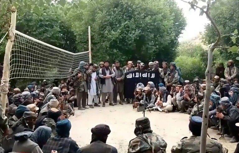 تصویر یک فرمانده و ۱۵۰ عضو داعش به دولت افغانستان تسلیم شدند