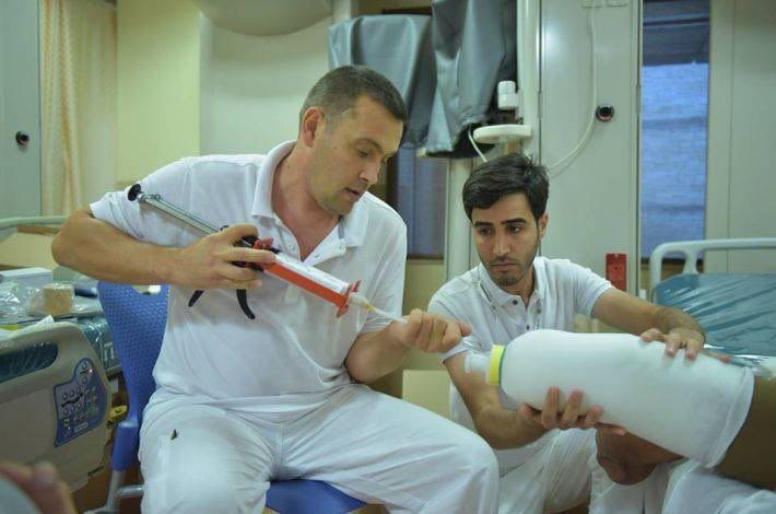 تصویر پیوند اندام مصنوعی برای تعدادی از نیروهای مردمی در بیمارستان تخصصی الکفیل