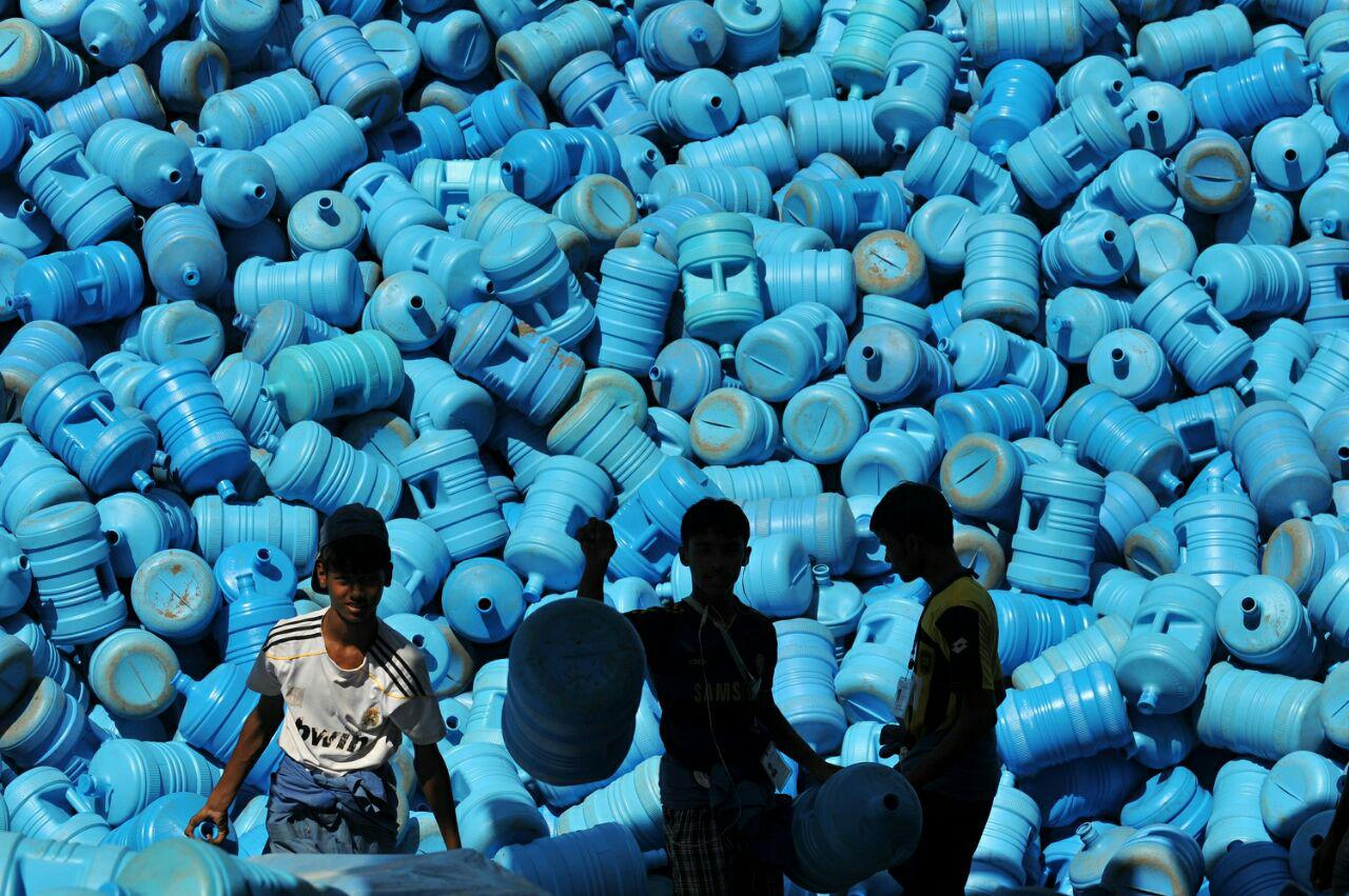 تصویر توزیع ۷ میلیون بطری آب زمزم میان حجاج