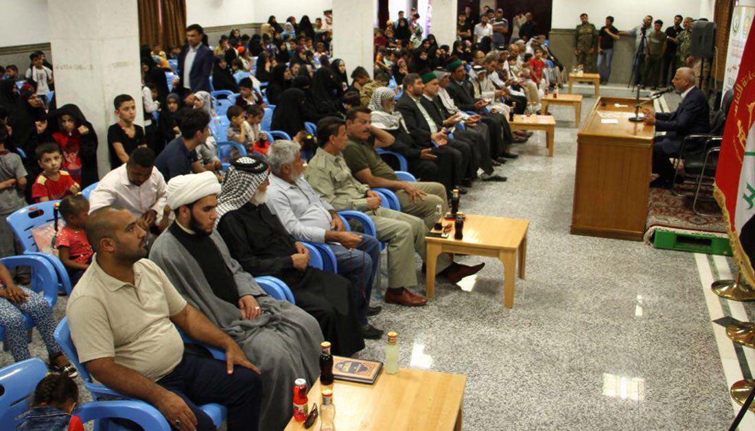 تصویر تکریم ۳۰۰ خانواده شهید نیروهای مردمی دفاع از عتبات و مقدسات عراق