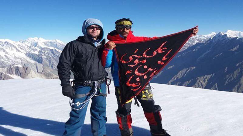 تصویر برافراشتن پرچم امام رضا بر قله ۶۲۵۰متری توسط کوهنورد شیعه پاکستانی