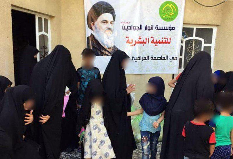 تصویر توزیع کمک های خیریه موسسه انوار الجوادین علیهما السلام در میان خانواده های نیازمند شهر بغداد