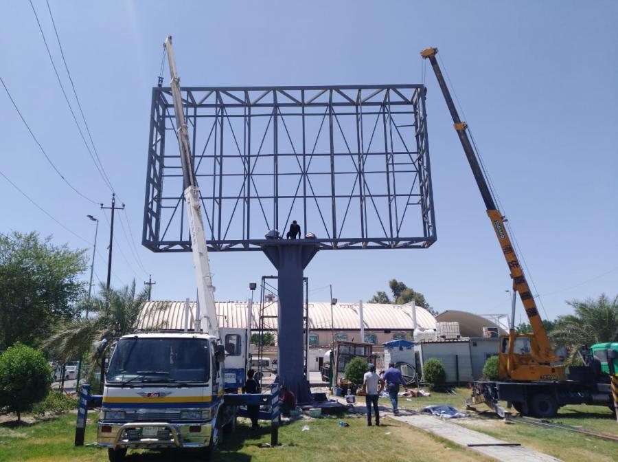 تصویر نصب یک تلویزیون شهری توسط آستان مقدس علوی در شهر مقدس نجف