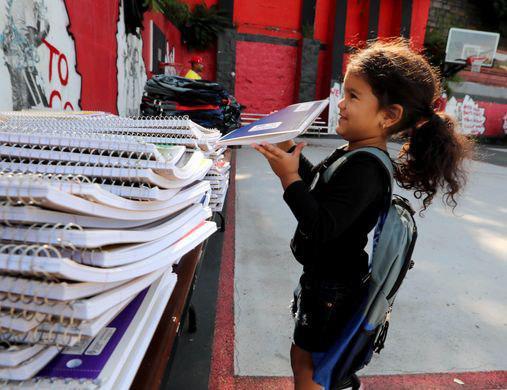تصویر کوله پشتی مدرسه هدیه مسلمانان به نیازمندان یانکرز آمریکا