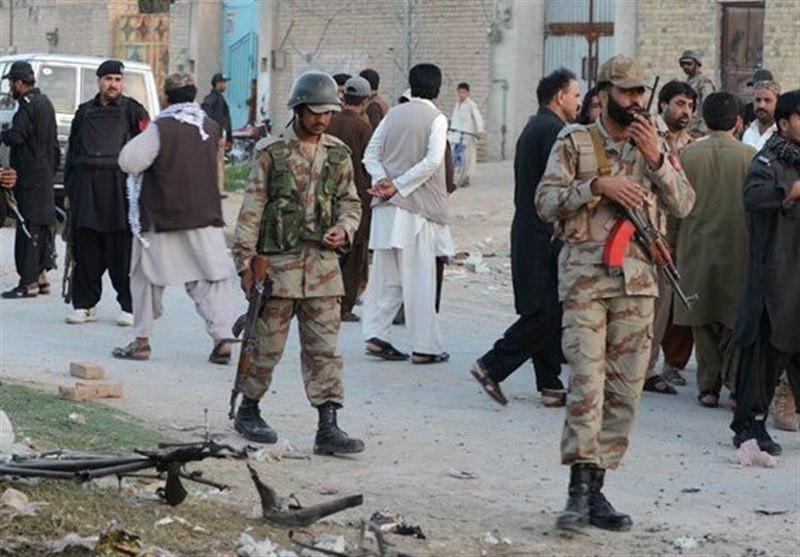 تصویر ۵۰ تروریست در شمال پاکستان خود را تسلیم نیروهای امنیتی کردند