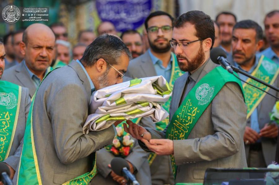 تصویر تعویض پرچ گنبد علوی به مناسبت عید غدیر