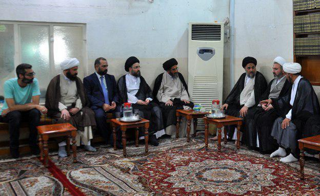 تصویر حضور علما و مؤمنانی از کشورهای مختلف از جمله ایران در دفتر مرجعیت در کربلای معلی