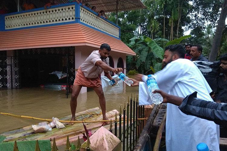 تصویر کشیش کاتولیک از مسلمانان هند برای کمک به سیل زدگان مسیحی تشکر کرد