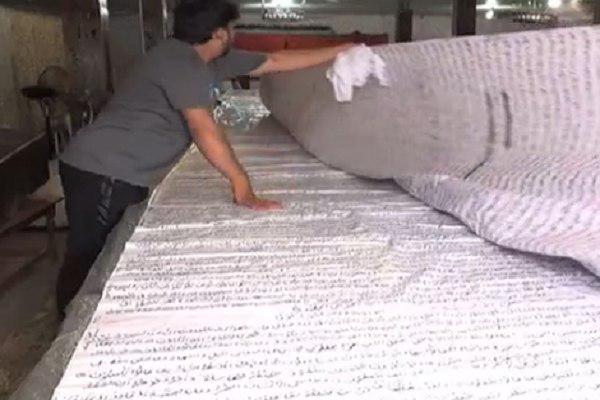 تصویر رونمایی از قرآن دستنویس ۱۶ متری در پاکستان