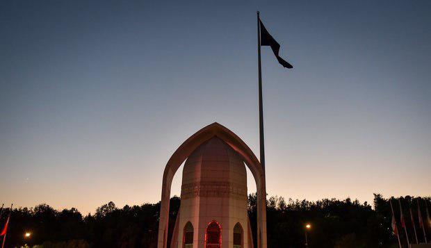 تصویر اهتزاز پرچم یاحسین علیه اسلام بر فراز بلندترین سکوی پرچم خاورمیانه