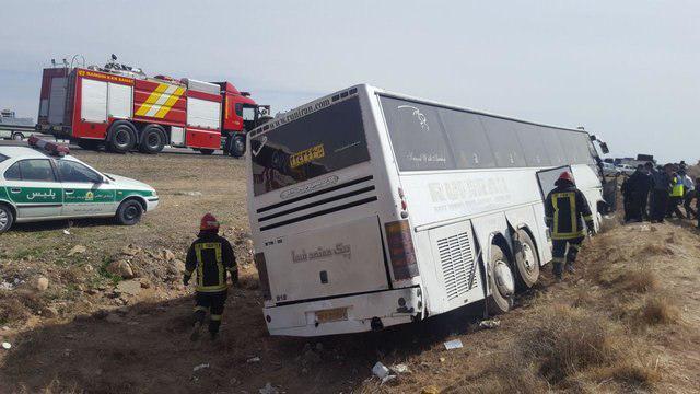 تصویر واژگونی اتوبوس زائران پاکستانی در محور جوکار-تویسرکان