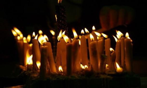 تصویر شمع های فروزان در شام غریبان حسینی در کربلا
