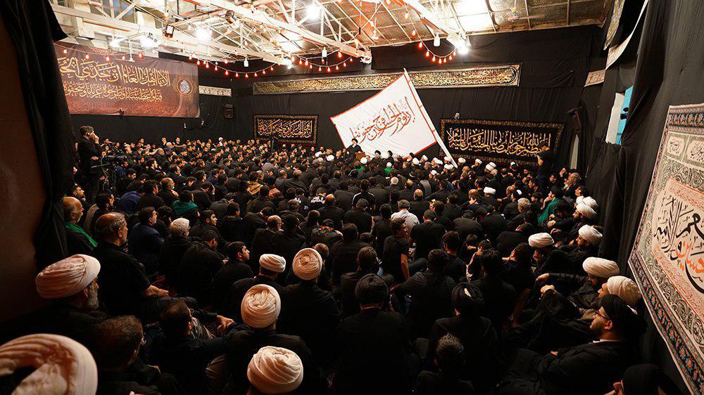 تصویر اجتماع بزرگ عزاداران حسینی در شام غریبان محرم الحرام  1440 در بیت مرجعیت شیعه