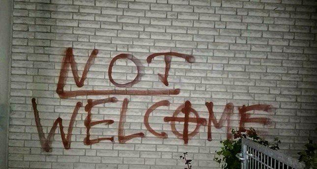 تصویر شعارنویسی نژادپرستانه و صلیب شکسته در مسجدی در گلابک آلمان