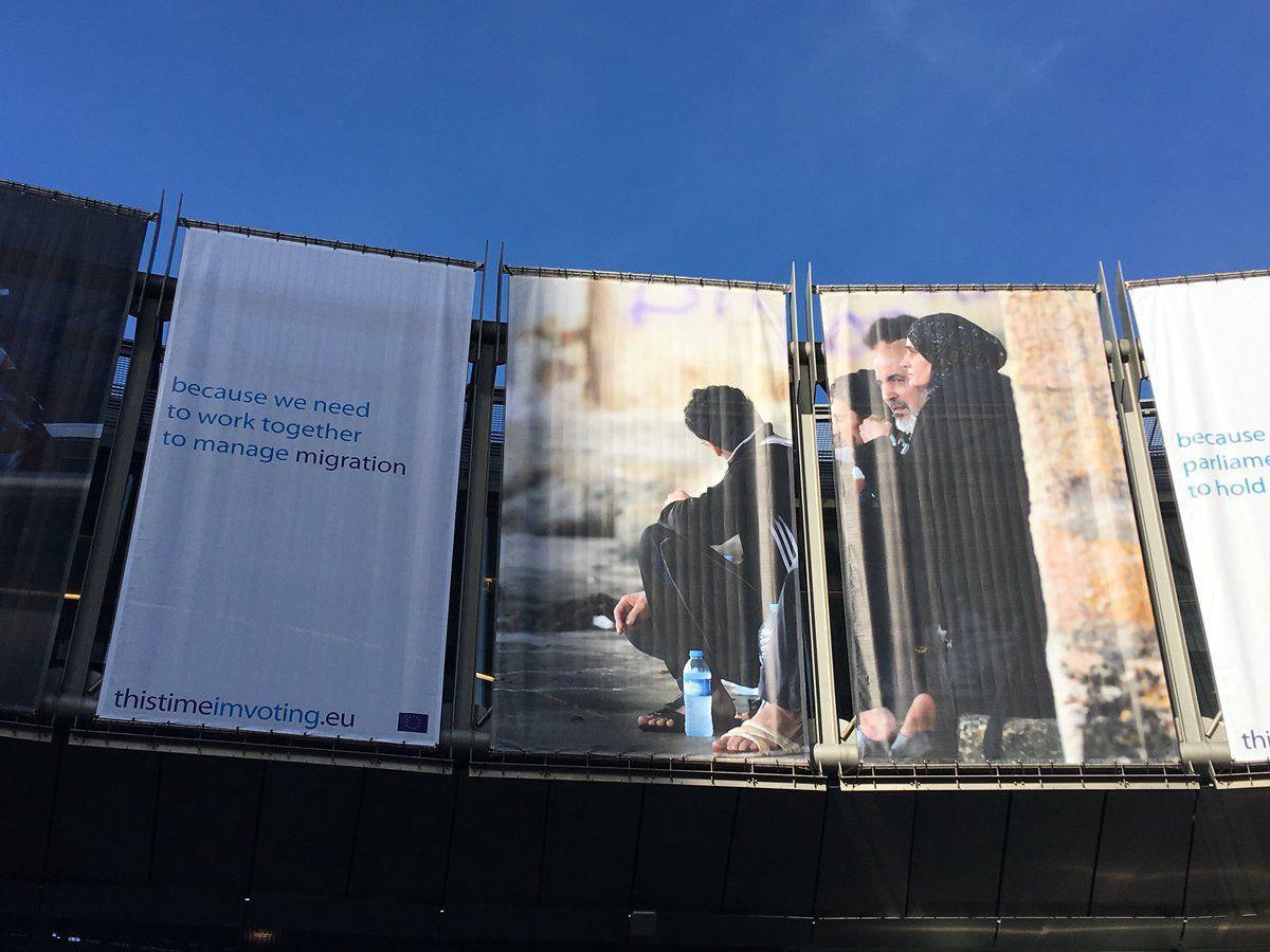 تصویر پایین آوردن پوسترهای اسلام هراسی از سر در اتحادیه اروپا