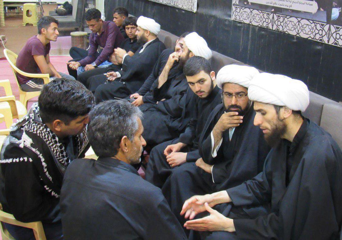 تصویر حضور شخصیت های علمی و عموم زائران اربعین حسینی در بعثه مرجعیت در کربلای معلی