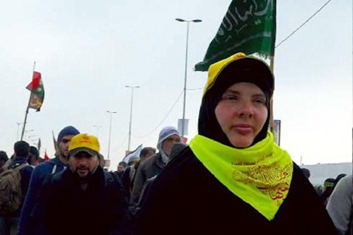 تصویر یک بانوی تازه مسلمان هلندی در پیاده روی اربعین حسینی