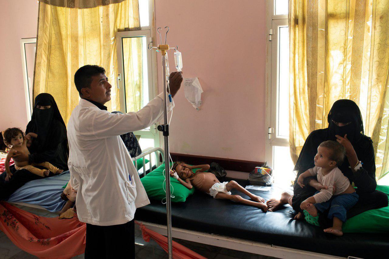 تصویر گرسنگی و ضعف جان دختر بچه یمنی را گرفت