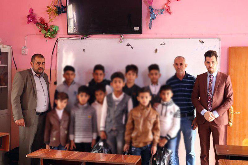 تصویر توزیع هدایا در میان ایتام بصره در عراق