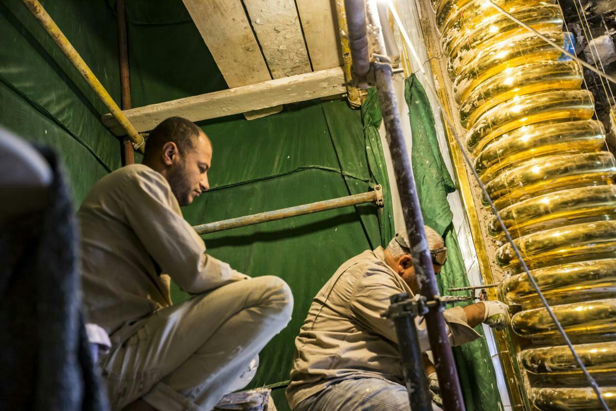 تصویر اتمام نصب کتیبههای قرآنی ایوان طلای حرم مطهر حضرت عباس علیه السلام