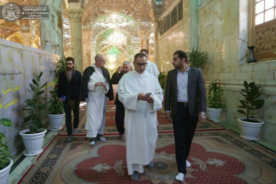 تصویر تشرف علما و پژوهشگران مسیحی به زیارت حرم مطهر علوی